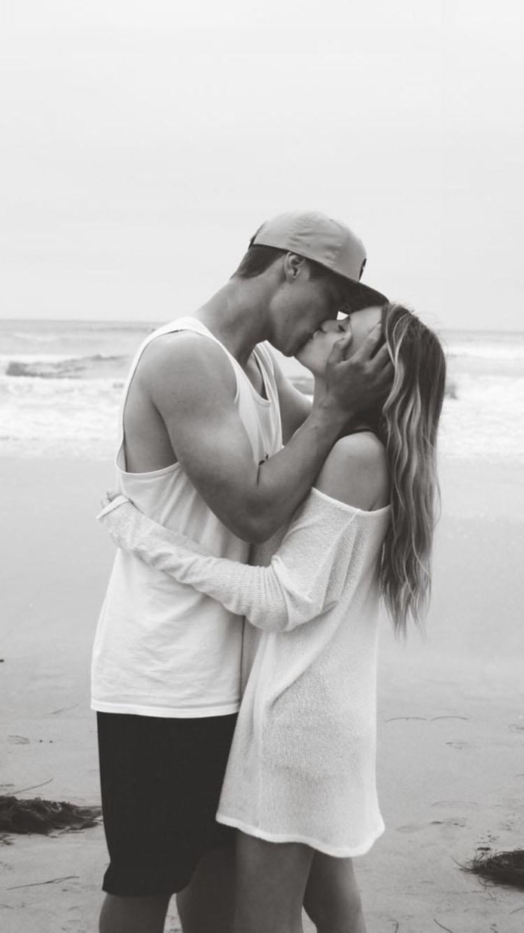 黑白 情侣海边拥吻