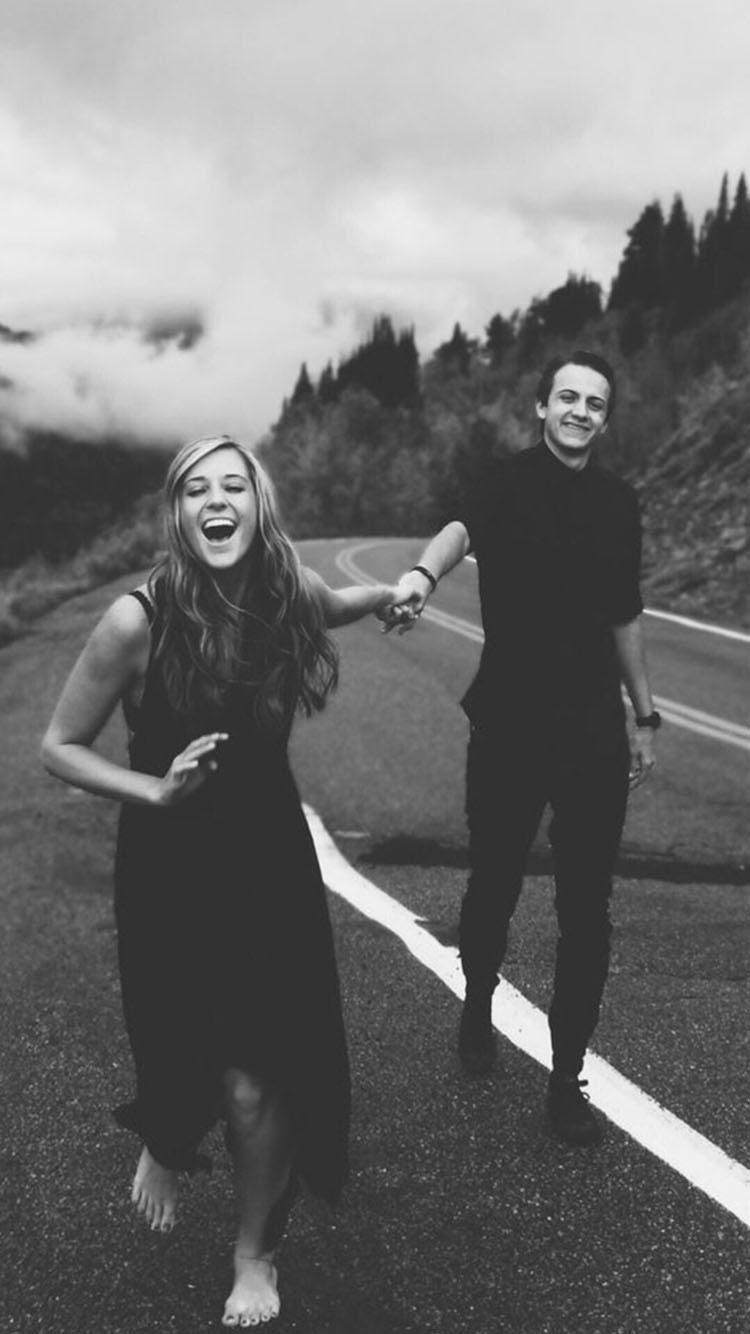 黑白 街上的欧美情侣 牵手