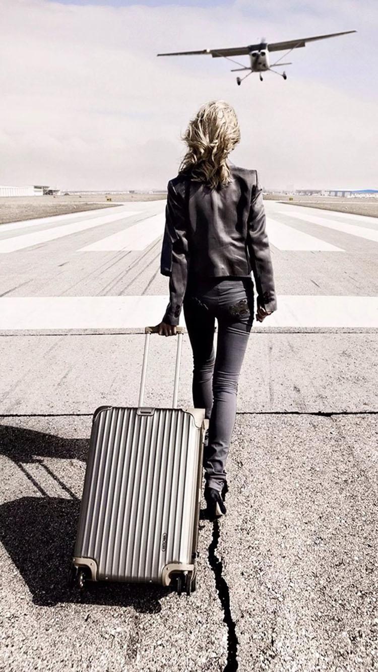 拉着行李箱的女生背影