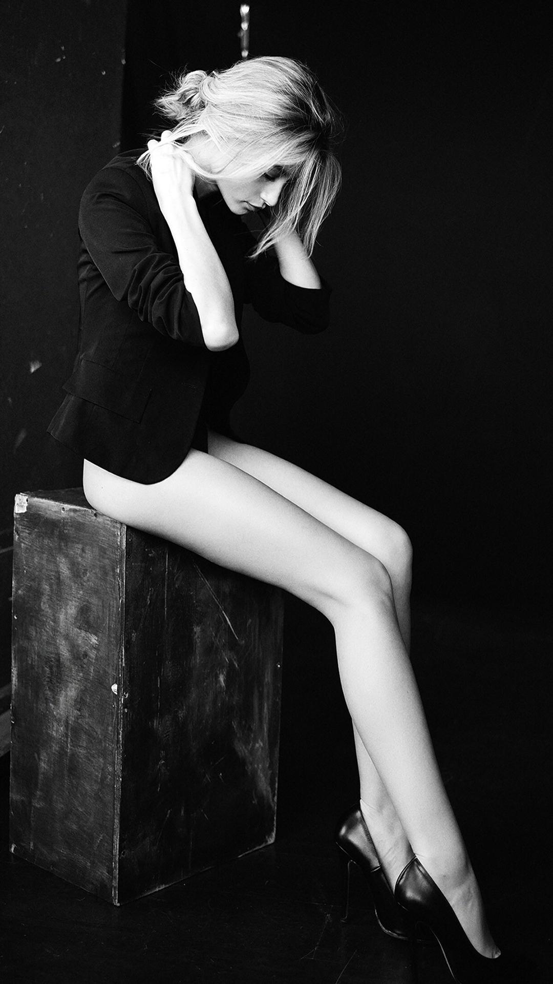 美女 黑白 長腿 歐美 西裝 蘋果手機高清壁紙 1080x