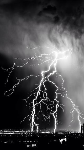 天气 暴雨 闪电 黑白