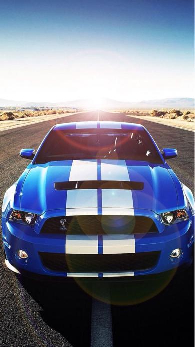 阳光马路上的蓝色酷帅汽车