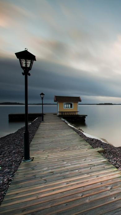 乌云密布天空下唯美的码头