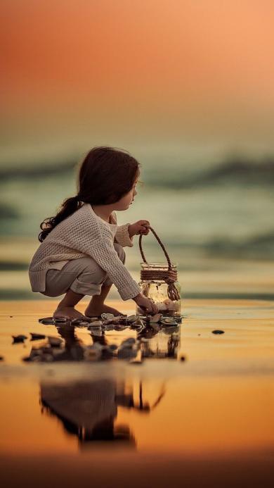 外国小女孩 海边捡鹅卵石 可爱