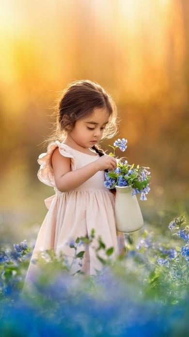 外国小女孩 摘花 可爱