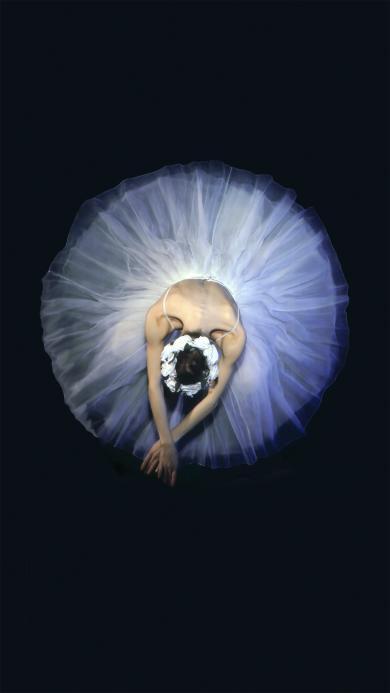 芭蕾舞者 黑色背景 白色裙子