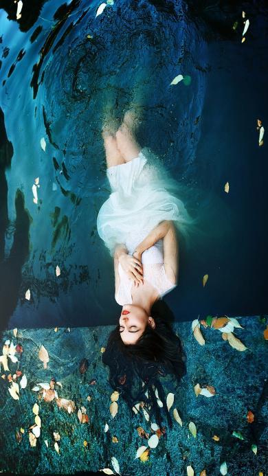 美女 白裙 梦幻 水 浮游 落叶 漂浮