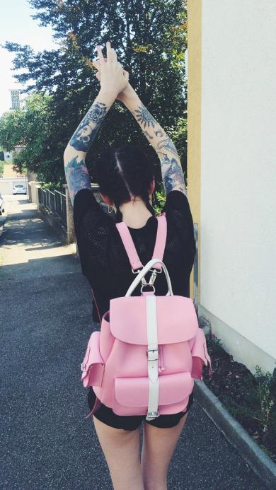 背影 粉色书包 青春活泼个性纹身