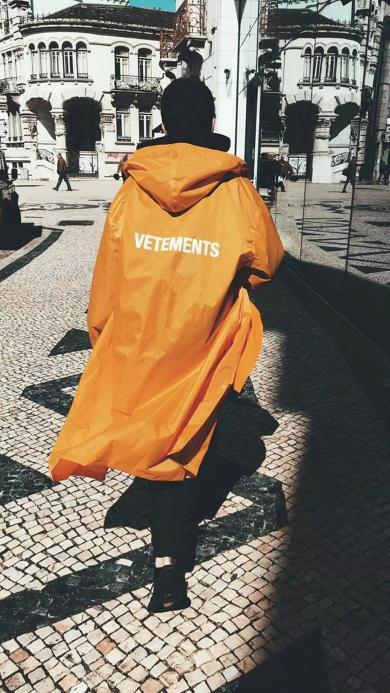 走路带风的少年 背影 橙色风衣