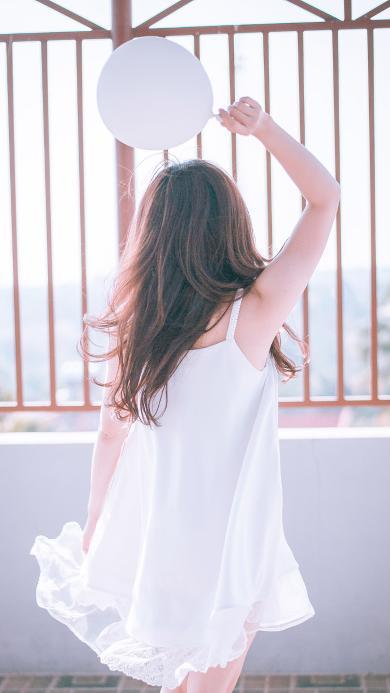 阳光下长发女孩背影 白色连衣裙 清纯