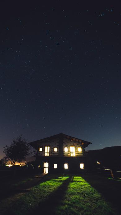 星空 温馨小屋 黄色灯光 草坪