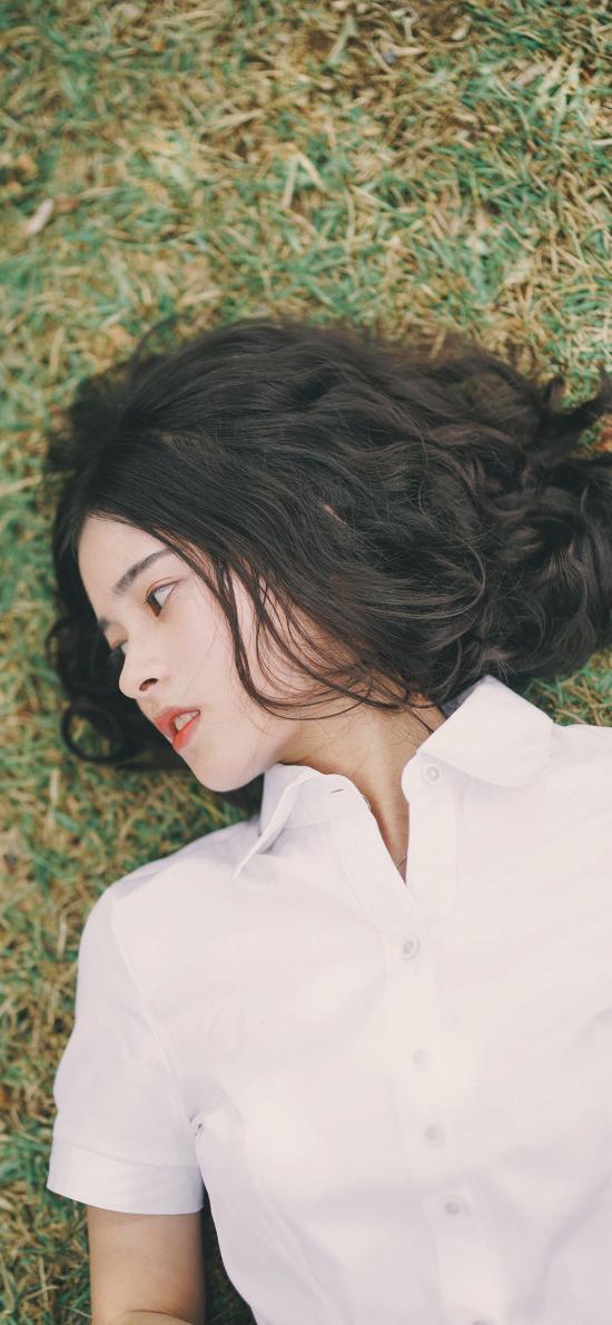 女孩 躺下 草地 短发