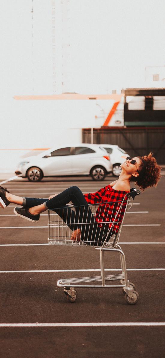 女孩 购物车 室外  停车场