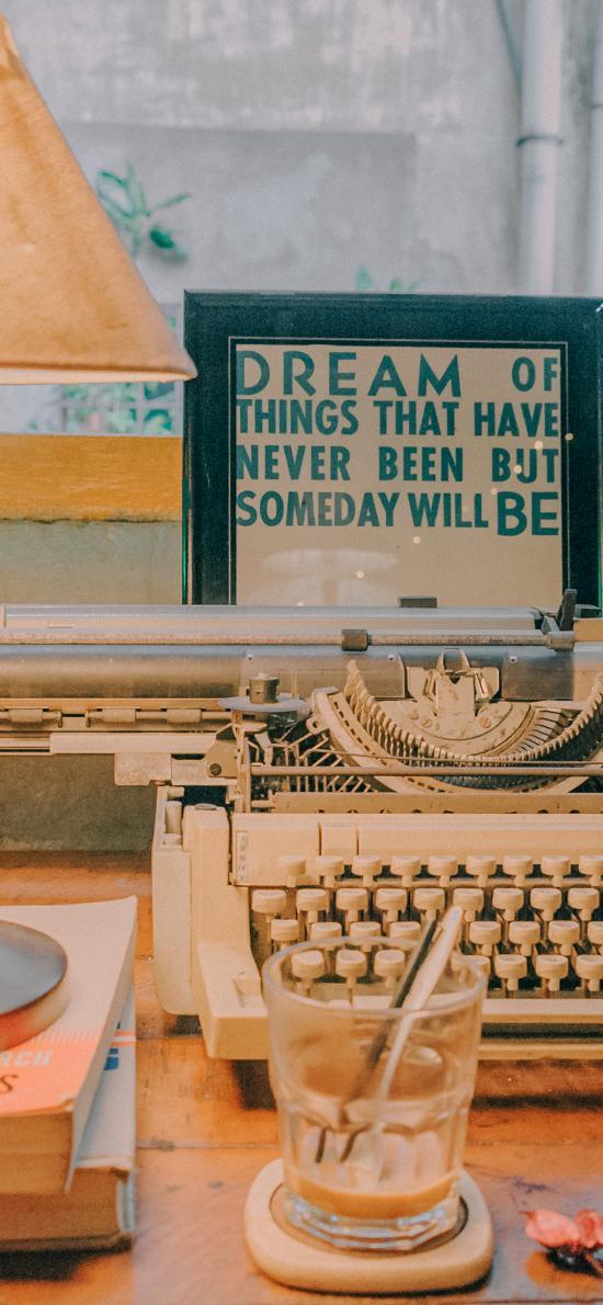 桌面 打字机 台灯 书本