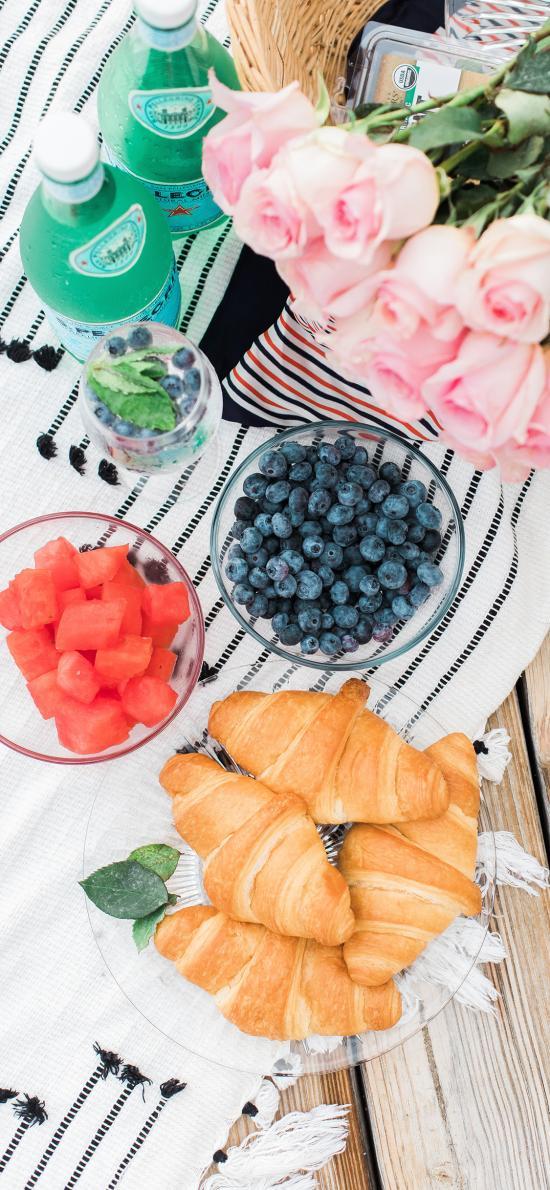 野餐 可頌 牛角包 西瓜 藍莓 粉玫瑰