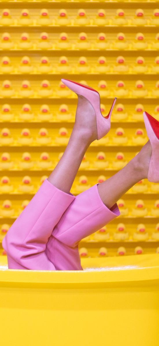 雙腿 高跟鞋 黃色 浴缸