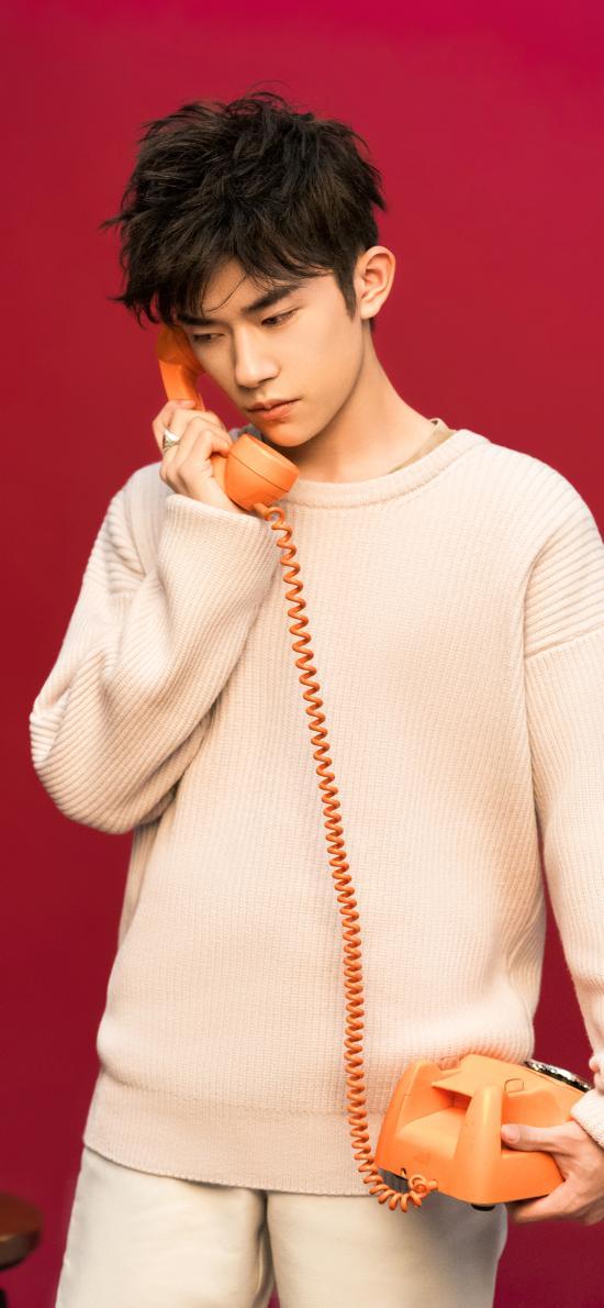 易烊千璽 歌手 tfboys 演員 明星 紅色 電話機
