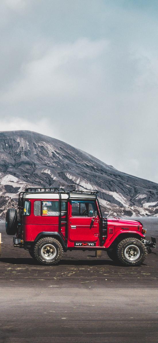 郊外 山峰 越野車 紅色