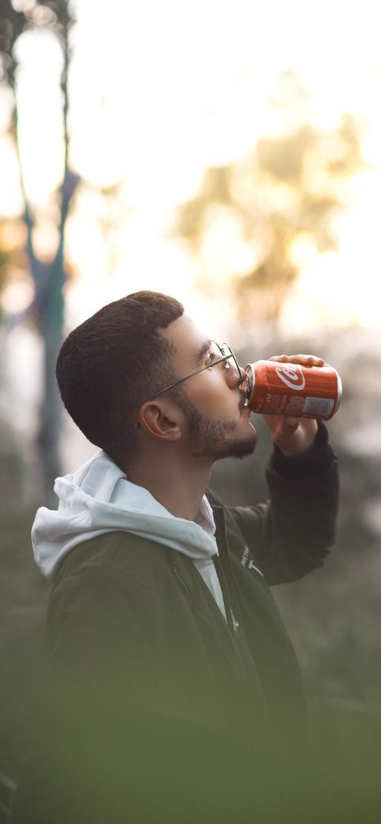 欧美 型男 侧颜 写真 喝可乐